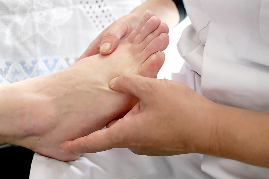 Bedoelde je: BAAT BIJ BEHANDELING voetmassage  Brengt welzijn en vitaliteit - Stimuleert de zenuwfuncties